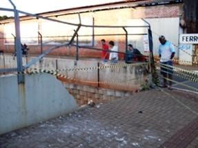 Carro bate contra muro de proteção e despenca do viaduto da Avenida Horácio Racanello em Maringá