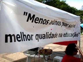 Professores protestam contra fechamento de turmas proposto pelo Governo do Estado