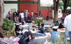 Centenas de estudantes passaram a noite na reitoria da Universidade Estadual de Maringá