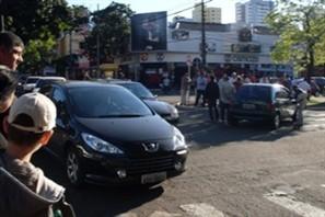 Acidente entre dois carros no cruzamento das avenidas Herval e Brasil no centro de Maringá deixa trânsito congestionado