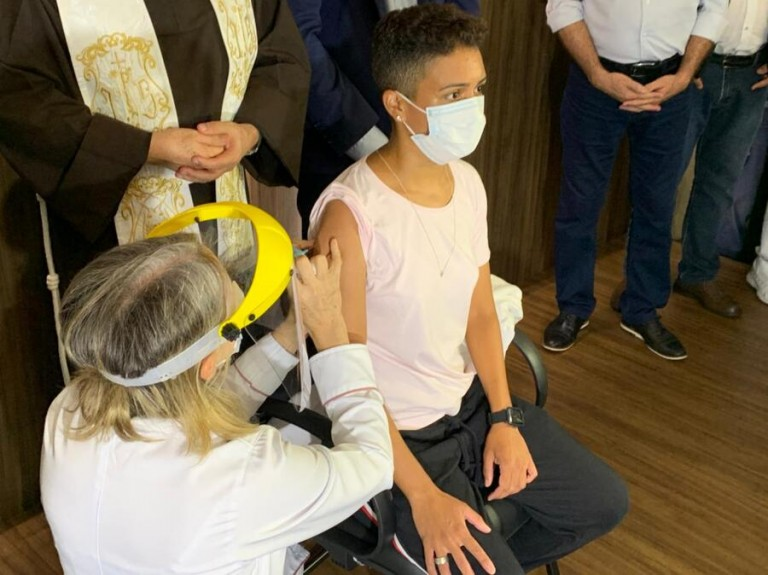 Técnica de enfermagem é primeira vacinada contra a Covid-19 em Maringá