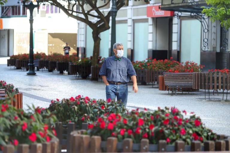 Vou continuar usando máscara no consultório, mesmo depois da pandemia, diz infectologista