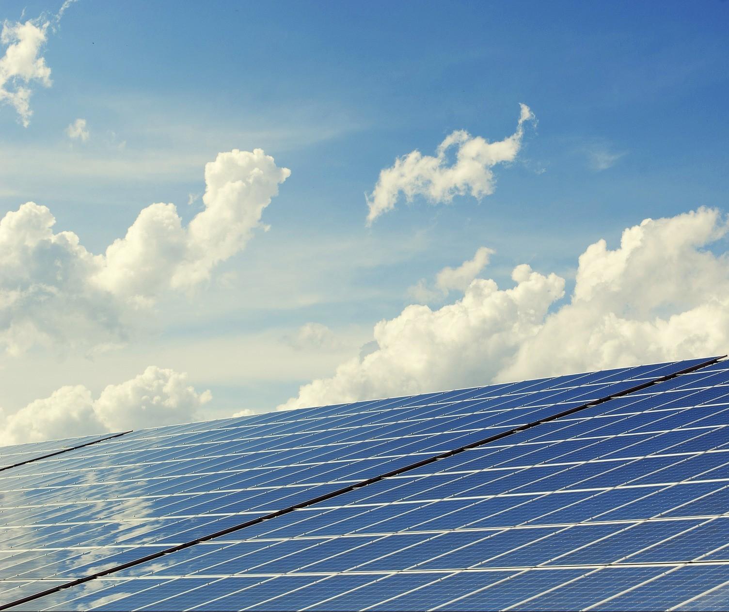 Obras com placas fotovoltaicas são cada vez mais comuns