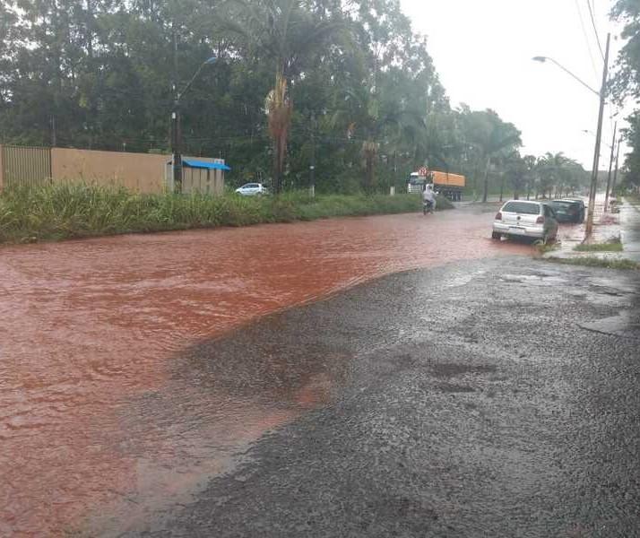 Chuva que caiu no começo da tarde desta terça-feira (12) alaga ruas e avenidas de Maringá; vídeo