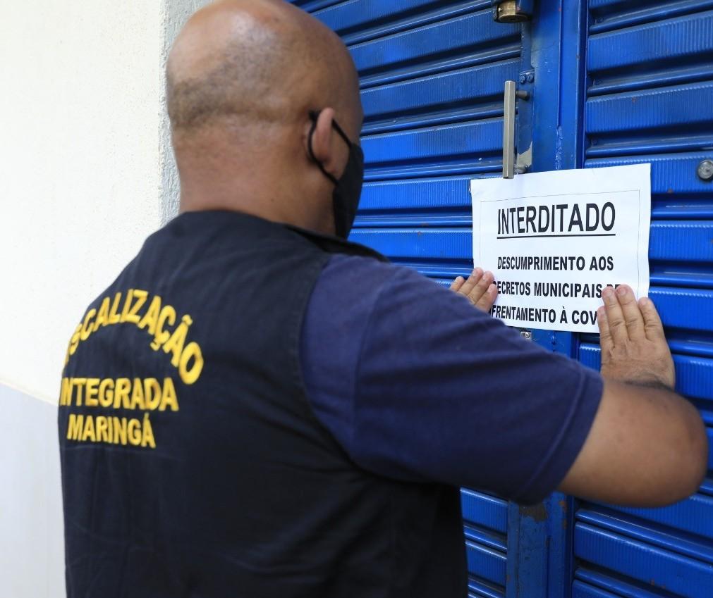 Fiscalização interdita loja com 16 funcionários trabalhando internamente