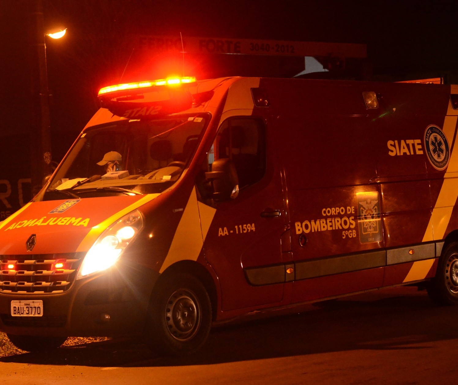 Homem é atropelado por motociclista e socorrido inconsciente