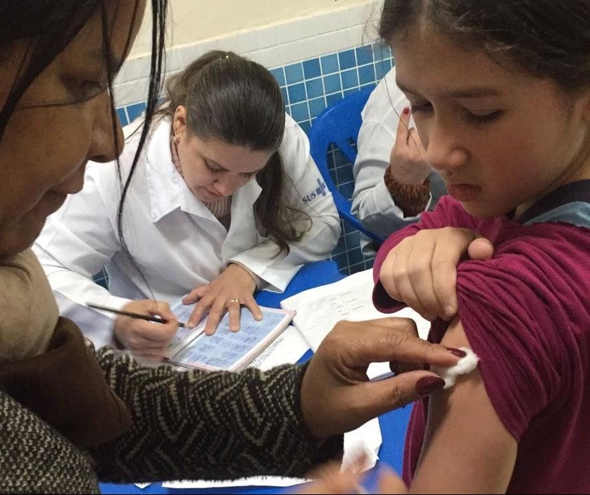 Secretaria de Saúde percorre escolas para vacinar alunos