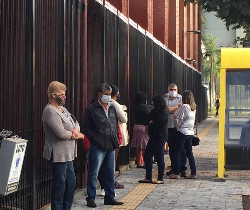 Populares aguardam em fila momento de dar adeus ao vereador Chico Caiana