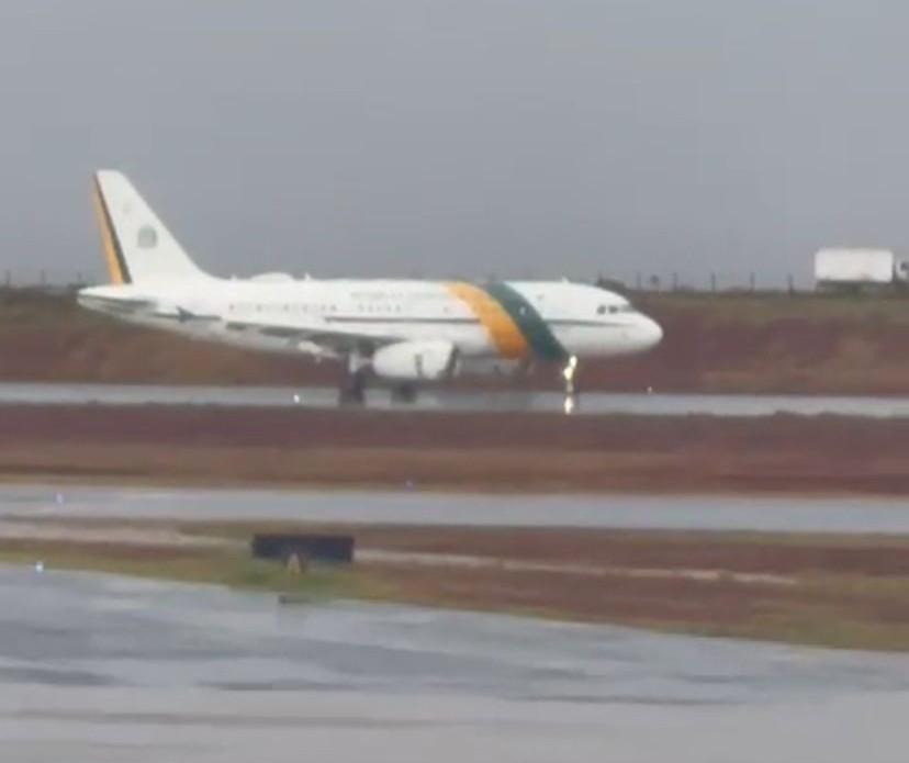 Avião de Jair Bolsonaro pousa em Maringá