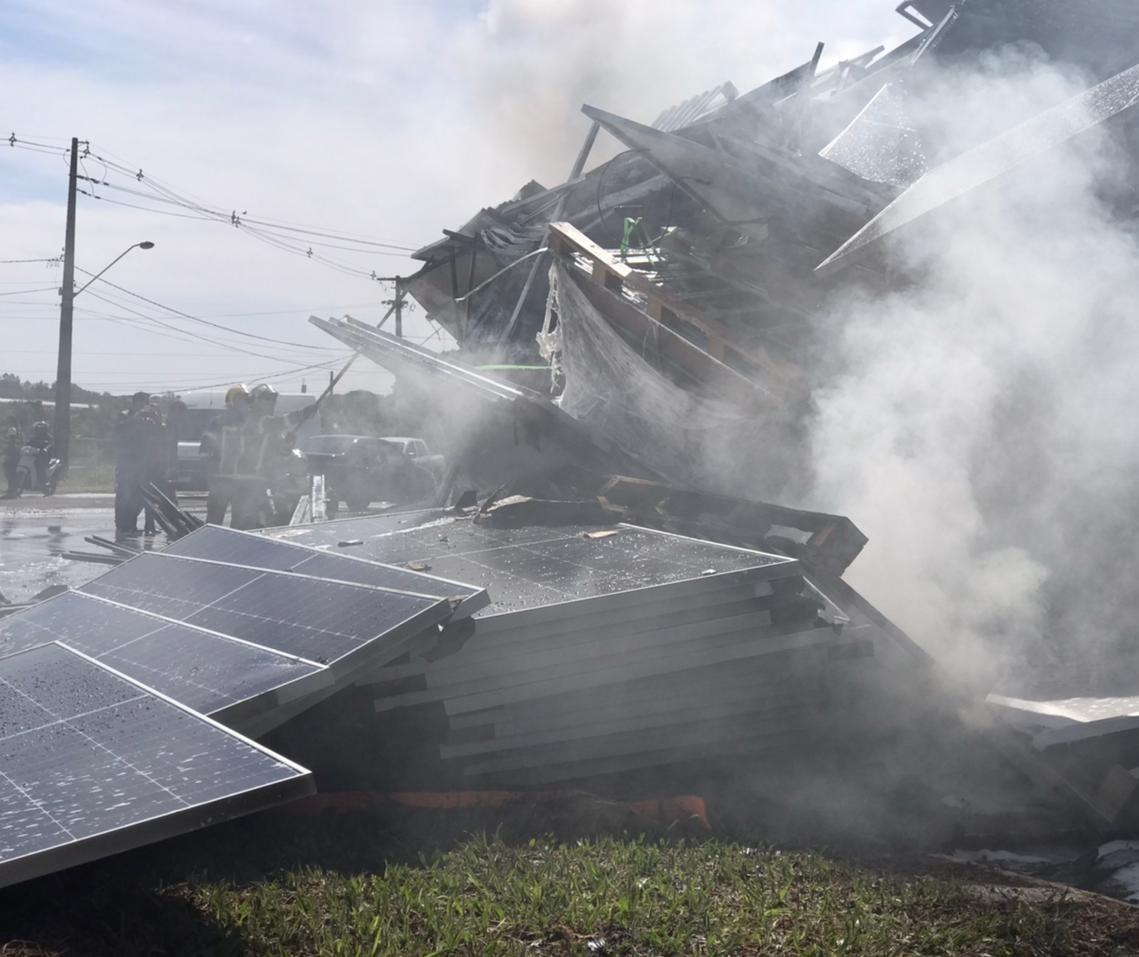 Carreta carregada com placas solares pega fogo em Maringá