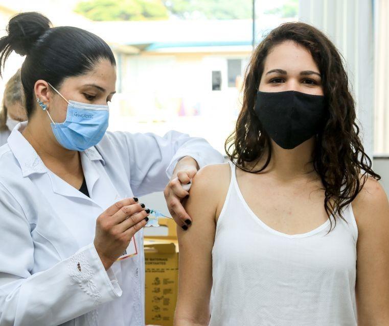 Adolescentes de 15 e 16 anos serão vacinados nessa sexta-feira (22)