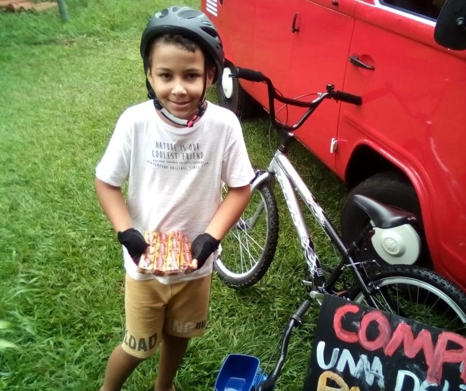 Vendendo paçocas, maringaense de 8 anos arrecada R$ 2 mil e compra bicicleta