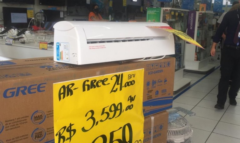 Para enfrentar calor, consumidores disputam aparelhos de ar condicionado