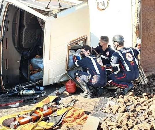 Caminhão carregado com cascalho tomba na PR-323 e motorista fica preso na cabine