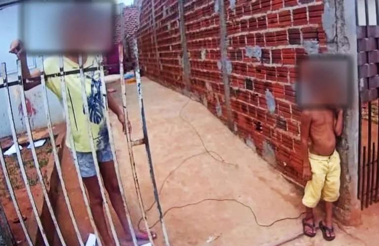 Menino de 6 anos é encontrado amarrado por um fio no tornozelo a um muro