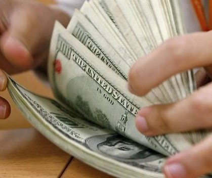 Queda do dólar está relacionado à política