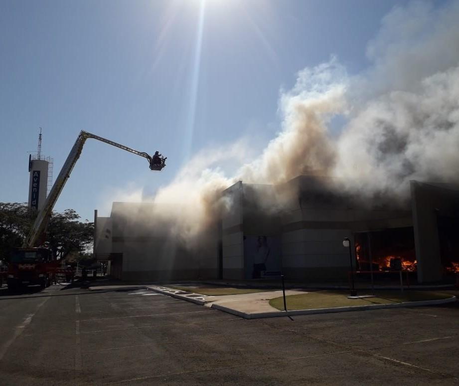 Já dura quase 9 horas o combate ao incêndio num shopping de Maringá