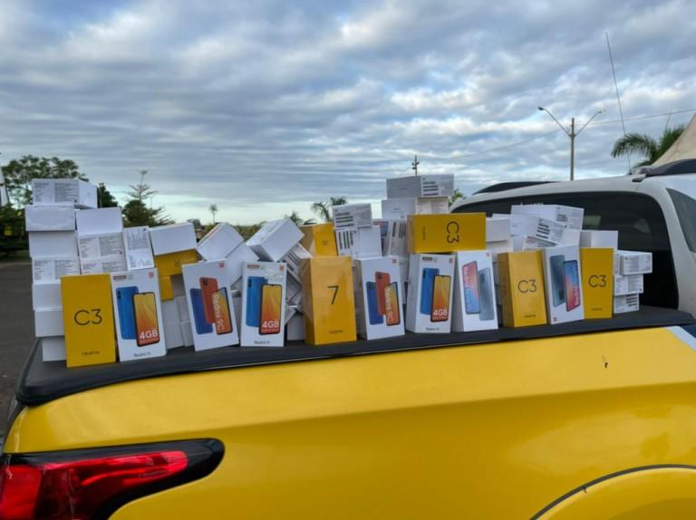 Polícia apreende R$ 90 mil em celulares escondidos em veículo