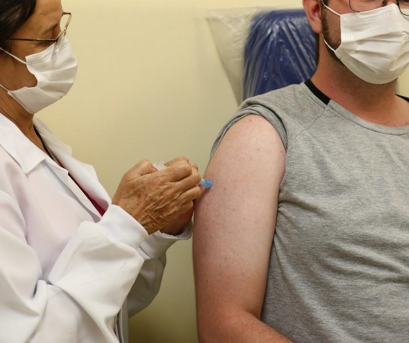 Pelo menos 11 cidades da região de Maringá já vacinam pessoas com 30 anos ou menos