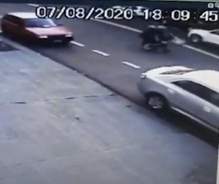 VÍDEO: Motociclista empina moto e se envolve em acidente grave em Maringá