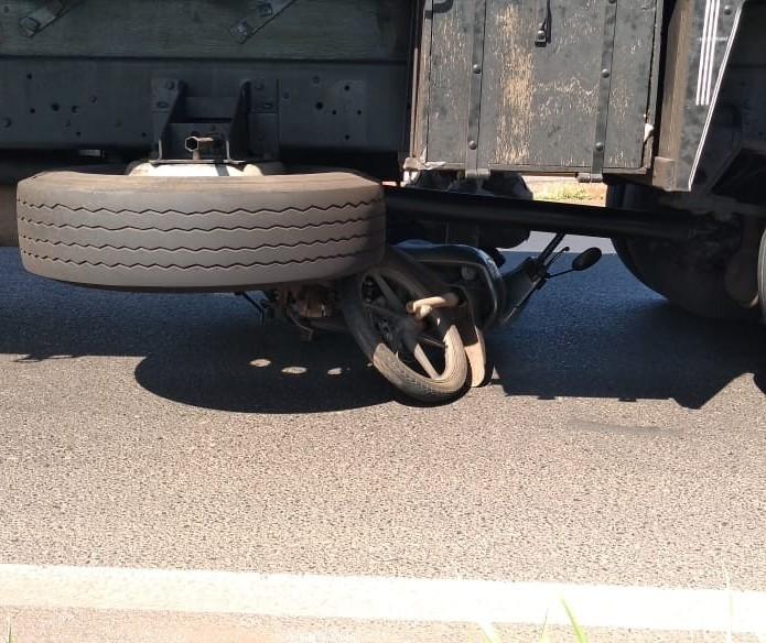 Motociclista morre após parar embaixo de caminhão em acidente em Maringá