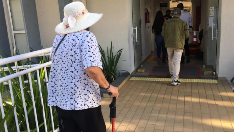 Sem saber que doses acabaram, idosos continuam procurando a Sala de Vacinas em Maringá