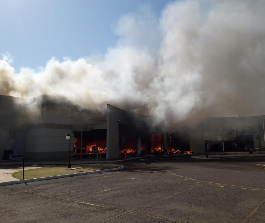 Incêndio atingiu 70% da estrutura do shopping