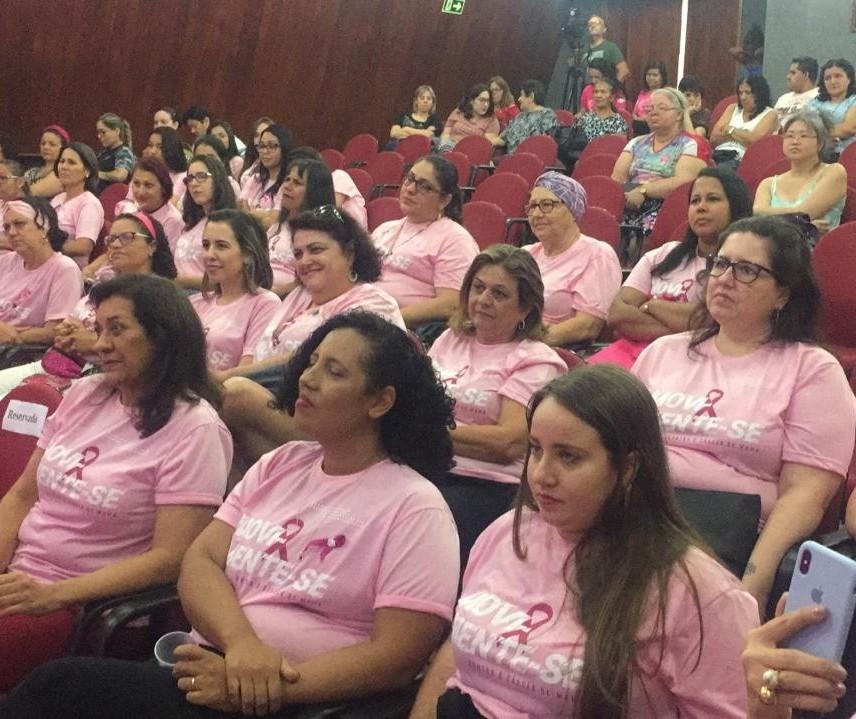 Mulheres que lutam contra o câncer de mama dão depoimento no lançamento do Outubro Rosa