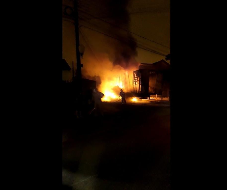Bombeiros controlam incêndio em carreta carregada com espumas em Sarandi