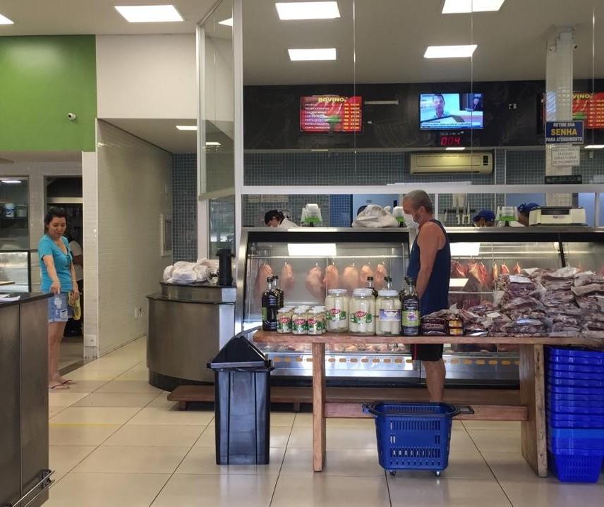Aos poucos consumidores voltam para açougues e padarias