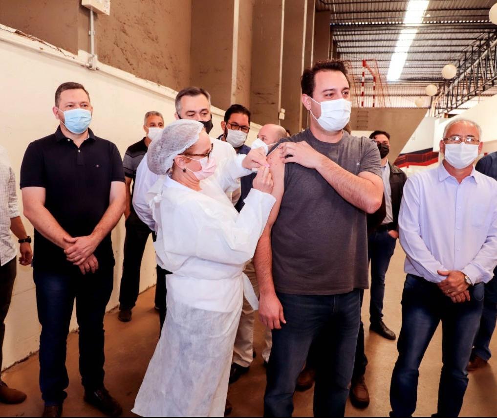 Governador Ratinho Junior é vacinado em Apucarana