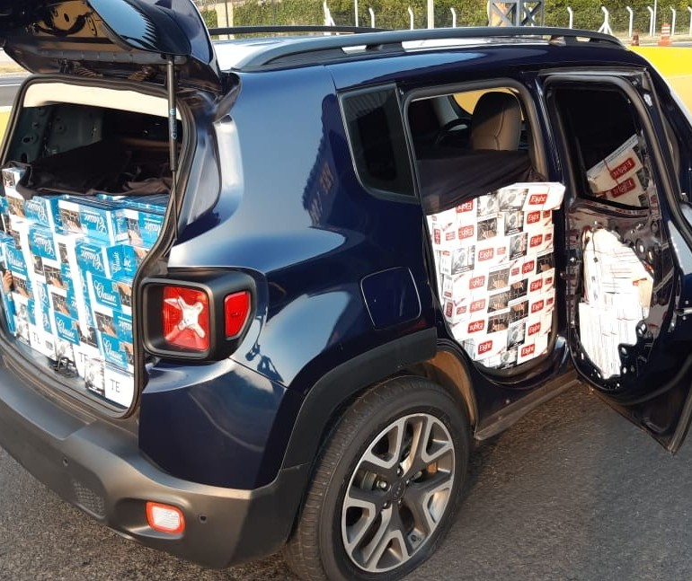 PRF apreende carro lotado de cigarros do Paraguai