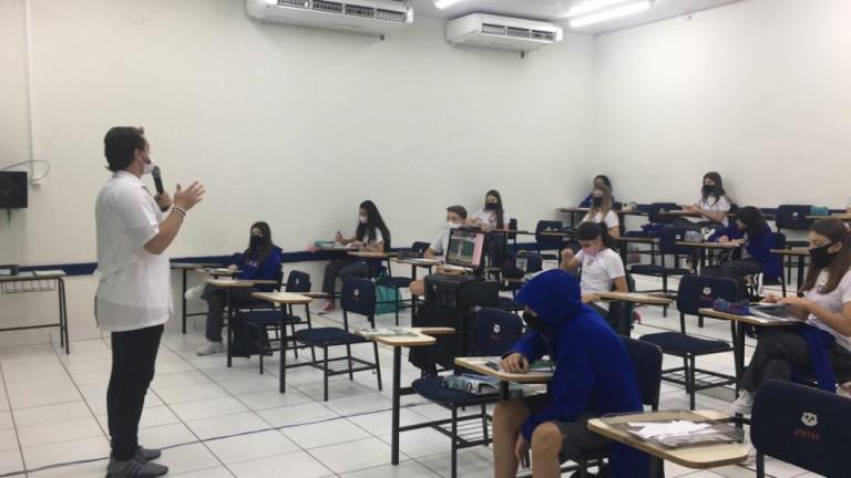 Em muitas escolas particulares, o ano letivo com aulas presenciais começou nesta segunda-feira (1º)