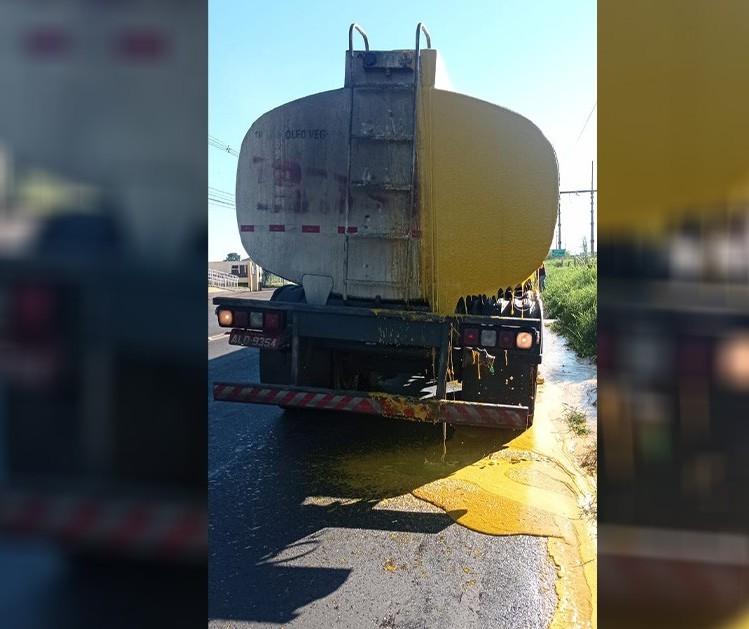 Caminhão derrama óleo em quase toda Avenida Colombo, em Maringá