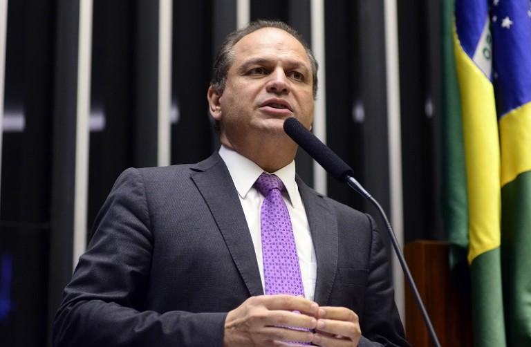 Bolsonaro defende máscara porque é ciente da dimensão da pandemia