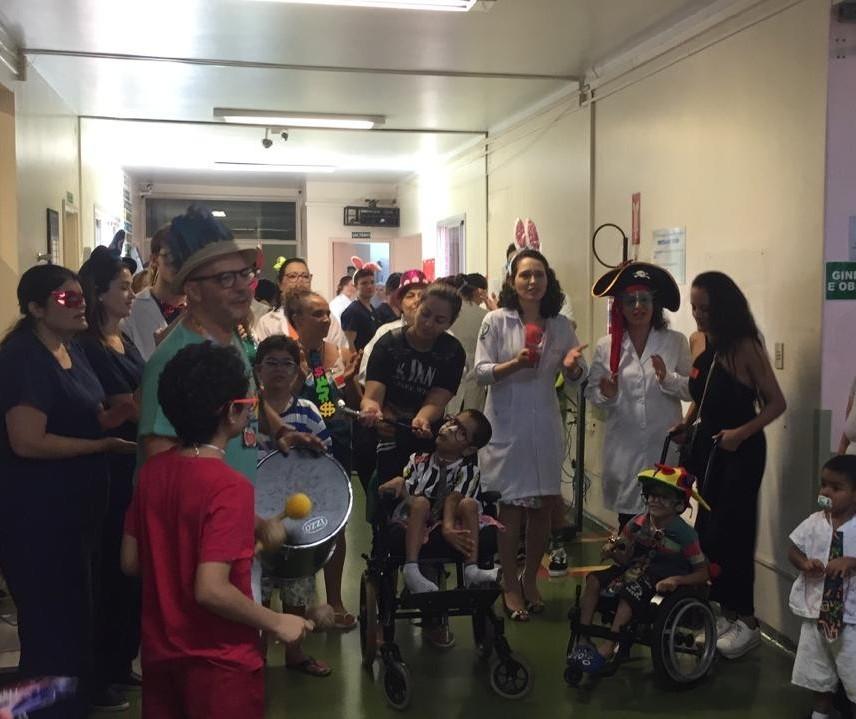 Funcionários e pacientes da ala pediátrica do HUM caem na folia