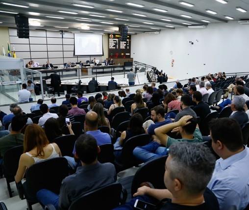 Câmara aprova toldos que cobrem quase toda calçada em Maringá